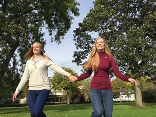 Zwei Freundinnen laufen