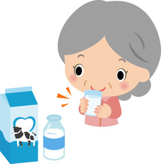 牛乳を飲むシニアの女性