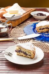 Fetta di torta casalinga farcita con marmellata su un piatto