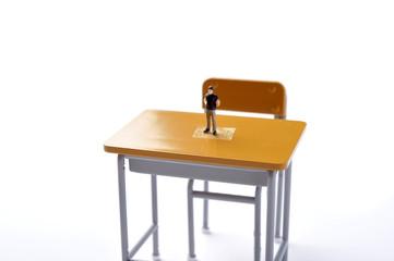 学校の学習机と大人達