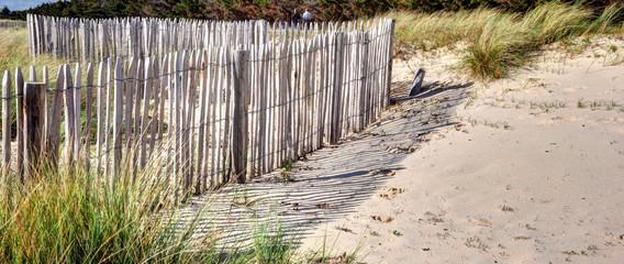 Barrières de bois dans les dunes