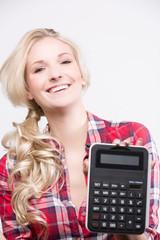 Junge Frau freut sich mit Taschenrechner