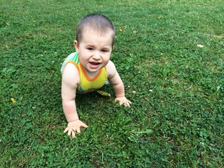 Gattonando sulla erba
