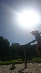 Niña saltando en el parque