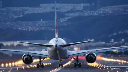 飛行機 離陸するジェット機 薄暮