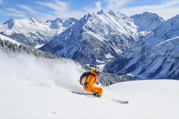 Skifahren im frischen Pulverschnee