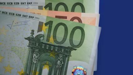 Euro-Banknote im Wind