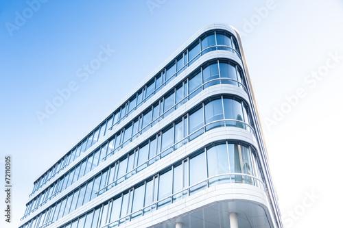 Leinwanddruck Bild Bürogebäude - modernes Gebäude in Deutschland