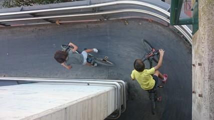 Niños subiendo rampa en bicicleta