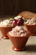 pate di fegato misto in ceramica su tavolo di legno
