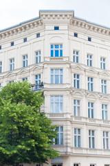 Eckhaus und Baum - Altbau in Berlin