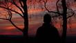 Mann schaut sich Sonnenuntergang an