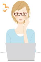 PC操作で眼精疲労になる女性 メガネ 頭痛
