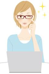 PC操作をする笑顔の女性 ウィンク メガネ