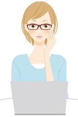 PC操作をする女性 メガネ