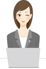 法律関係の仕事をする笑顔の女性