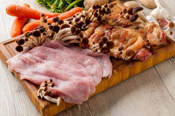 Fettine di carne di tacchino e pollo crude sul tagliere