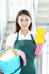 掃除中の笑顔の女性