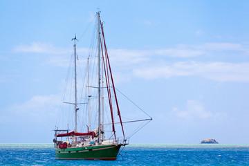 voilier à l'ancre, passe Port Mathurin, île Rodrigues