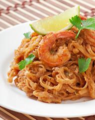 Stir-Fried noodles with prawns und vegetables