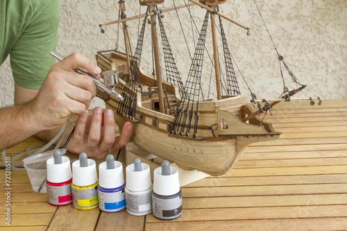 Leinwandbild Motiv Construction d'un modèle réduit de bateau