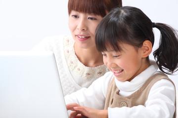 パソコン操作する親子