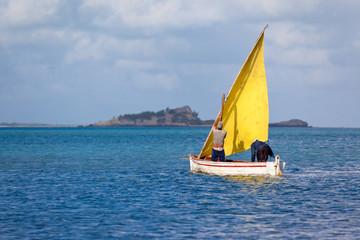 pêcheur rodriguais se déplaçant à la voile