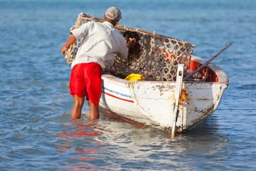 pêcheur rodriguais à la nasse de bambou tressé