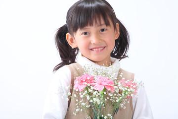花を贈る女の子