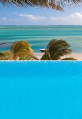 piscine à débordement sous les cocotiers