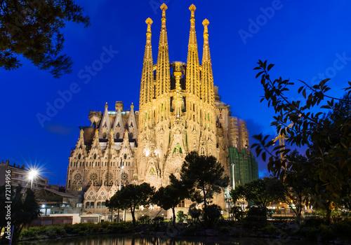 fototapeta na ścianę Nocny widok z kościoła Sagrada Familia w Barcelonie. Hiszpania