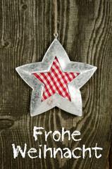 Stern aus Metall auf Holzwand