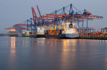 Container-Terminal am frühen Morgen