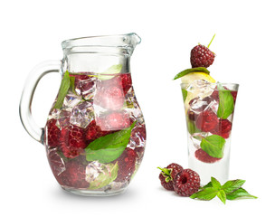 berry cocktail with mint and ice