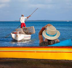 """pêcheur rodriguais se déplaçant à la """"gal"""" (perche de bois)"""