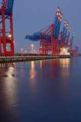 Tagesanbruch am Container-Terminal HDR