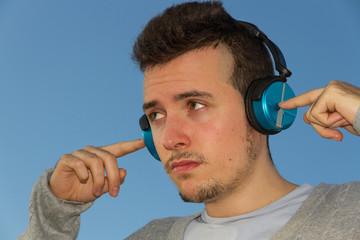 Hombre Joven con Cascos de Música