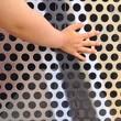 Hand vom Kind an Wand