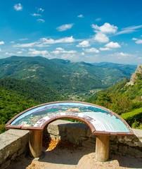 Table de belvédère avec vue sur les collines