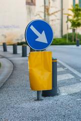 Cartello passaggio obbligatorio a sinistra, segnale