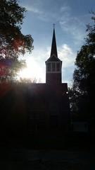Kirchensilhouette unter schönem Himmel