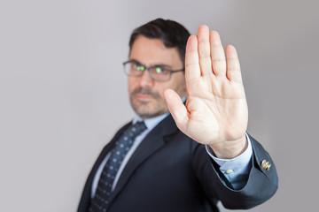 Uomo in ufficio dice alt - basta crisi