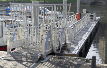 passerelle pour accès aux bateaux