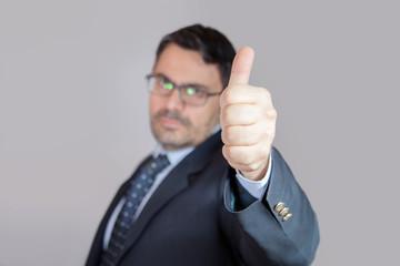 Uomo in ufficio dice OK