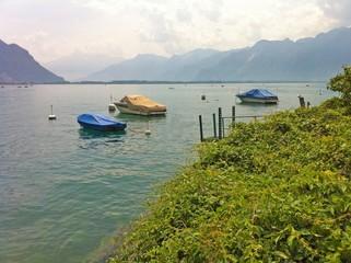 Ein See mit Bergen