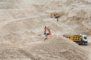 operai a lavoro in una cava di inerti