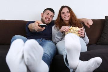 Junge Leute haben Spaß und schauen TV
