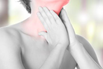 Frau mit Halsschmerzen - schwarz weiß, seitlich