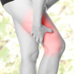 Oberschenkel Schmerz - schwarz weiß mit farbigen Hintergrund