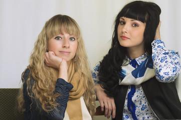 Две девушки сидят за столом в офисе